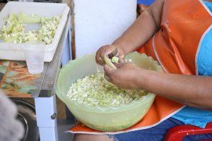 Preparo de sopa social para distribuição de comida na rua