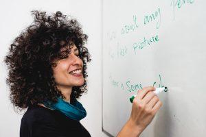 Refugiada síria que fugiu da guerra trabalha como professora no Brasil